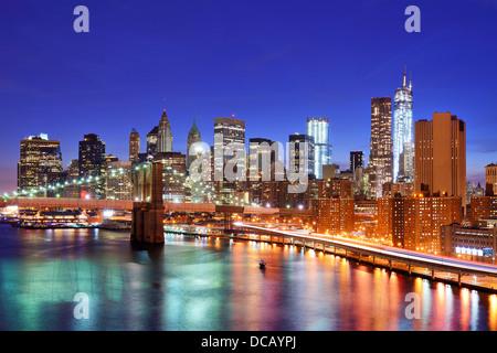 La parte inferiore di Manhattan dal di sopra della East River in New York City. Foto Stock