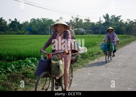 Due donne equitazione biciclette Foto Stock
