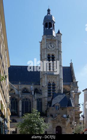Clocktower della chiesa di Saint Etienne du Mont, vista dalla Rue de la Montagne Sainte-Geneviève di Parigi Foto Stock