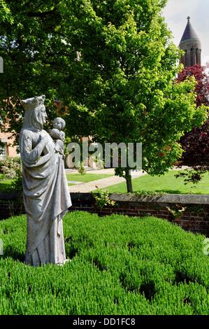 Statua di Gesù e Maria, Quarr Abbey motivi , Wooten Bridge, Ryde, Isle of Wight, England, Regno Unito, GB. Foto Stock