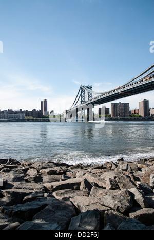 Manhattan Bridge, New York STATI UNITI D'AMERICA, sotto un cielo blu chiaro. Acquisizioni dal lato Brooklyn nel Foto Stock
