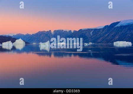 Tramonto nel fiordo Røde, Scoresby Sund in Groenlandia Foto Stock