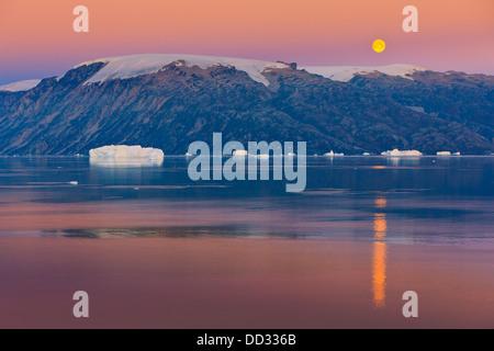 Ore del sorgere nel fiordo Røde, Scoresby Sund in Groenlandia Foto Stock