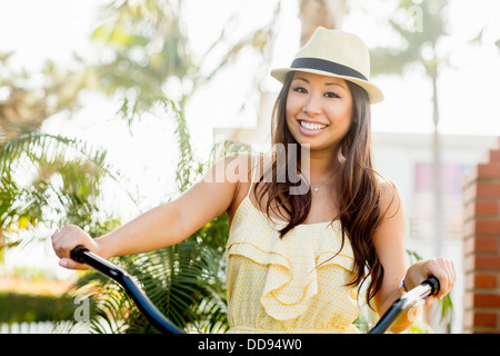 Razza mista donna Bicicletta Equitazione Foto Stock