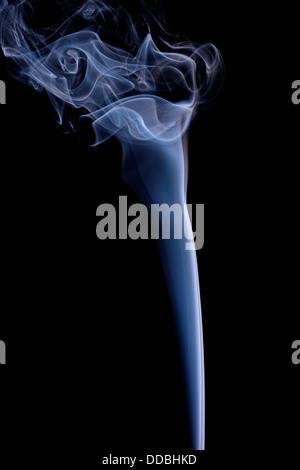 Fumo o vapore in aumento contro uno sfondo nero Foto Stock