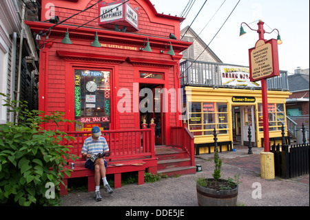 Tranquilla scena di strada commerciale in a Provincetown, ma sulla soleggiata una serata estiva in giugno. Foto Stock