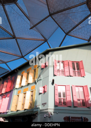 Colorato di persiane alle finestre su edifici coloniali in Clarke Quay in Singapore Foto Stock