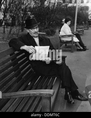 Groucho Marx (1890-1977), American comico, 1965. Artista: sconosciuto Foto Stock