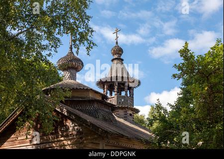 Le cupole del legno di antica chiesa ortodossa in Novgorod, Russia Foto Stock