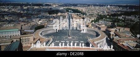 Vista di Piazza San Pietro dalla cupola della Basilica di San Pietro. Città del Vaticano, Roma. Italia Foto Stock