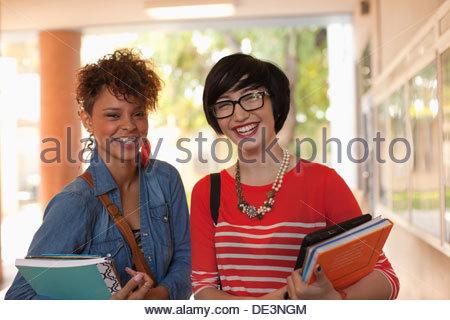 Gli studenti insieme sorridente in corridoio Foto Stock