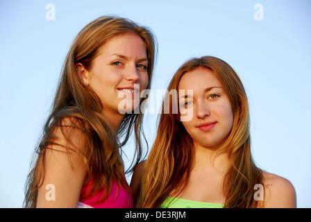 Costumi Da Bagno Per Ragazze 13 Anni : Ragazza 13 ragazza 18 anni in piedi insieme in costume da bagno