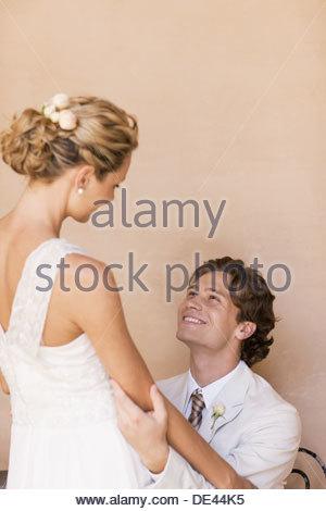 Sposa e lo sposo avvolgente Foto Stock