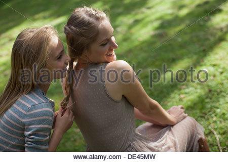 Ragazza sistertreccia di capelli biondi in posizione di parcheggio Foto Stock