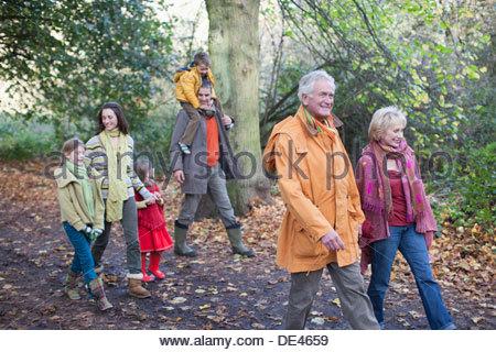 Famiglia estesa passeggiate all'aperto in autunno Foto Stock