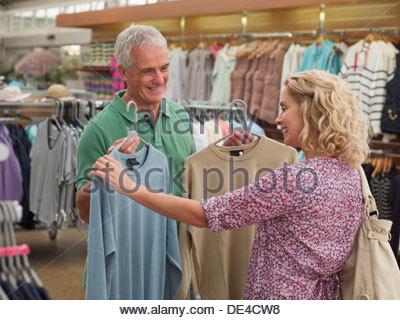 Paio di shopping per i vestiti in negozio Foto Stock