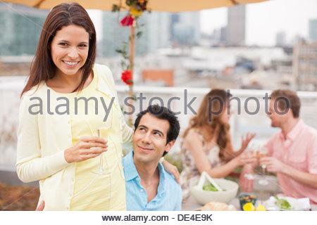 Coppia sorridente bere champagne a parte esterna Foto Stock