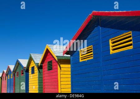 Dipinto luminosamente beach capanne in una fila. Foto Stock