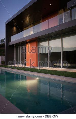 Esterno della casa moderna, piscina Foto Stock