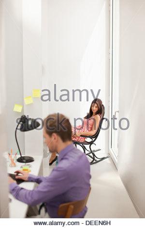 Donna fissando l uomo in ufficio Foto Stock