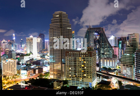 Alti edifici di Bangkok di notte da Rembrandt Hotel and Towers Sukhumvit 18 Bangkok, Thailandia, Sud-est asiatico, Foto Stock