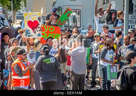 Multirazziale fast food i lavoratori si riuniscono per protestare contro i loro bassi salari minimi e di esigere Foto Stock