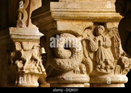 Dettaglio dei capitali raffigurante una scena biblica nel chiostro della collegiata romanica chiesa di Santillana Foto Stock