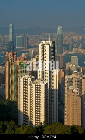 Alta rising edifici residenziali e torri di uffici nel quartiere centrale di Hong Kong Foto Stock