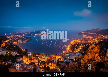 Twilight vista su Villefranche-Sur-Mer e St Jean Cap Ferrat, lungo il Cotes d'Azur, Provenza Francia Foto Stock