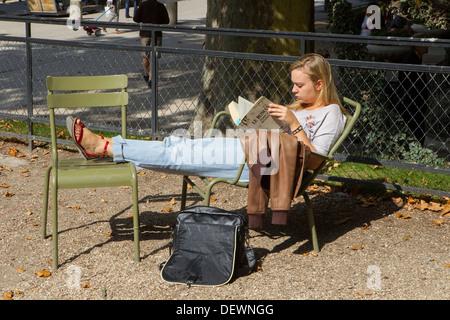 giovane donna seduta da sola nel parco