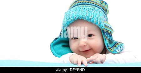 Happy baby boy in berretto lavorato a maglia su stomaco Foto Stock