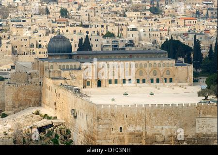 Vista dal Monte degli Ulivi oltre il cimitero ebraico sulla Moschea di Al-Aqsa sul Monte del Tempio nella Città Foto Stock