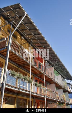 Freiburg, Germania, balcone facciata di un edificio residenziale del villaggio solare nel quartiere Vauban Foto Stock