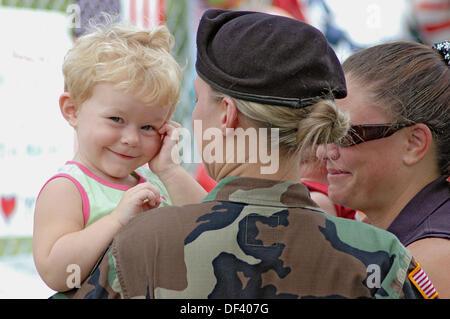Soldato di sesso femminile presso il sito del memoriale di 14 morti di Marines in Brook Park Ohio, alcuni con il bambino che sta per andare in Iraq. Stati Uniti d'America.