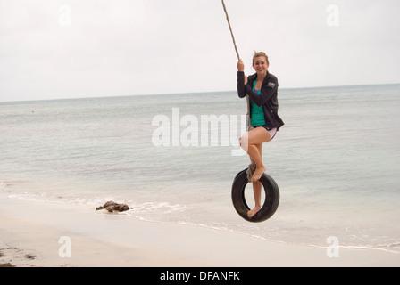 Ragazza adolescente in vacanza presso la spiaggia di tropici Foto Stock