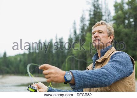 Uomo maturo di Pesca a Mosca Report di Pesca Foto Stock