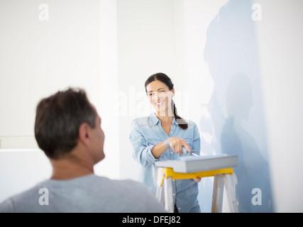 Giovane pittura blu a parete Foto Stock