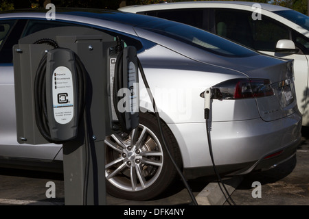 Tesla Model S plug-in auto elettrica inserita in una stazione di ricarica in una società di parcheggio