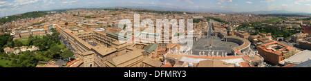Musei del Vaticano e Piazza San Pietro visto da la cupola di San Pietro. Città del Vaticano. Roma. Italia Foto Stock