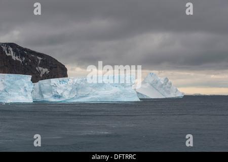 Un iceberg galleggianti nel sud Atlantico, Marrone Bluff, Penisola Antartica, Antartide Foto Stock