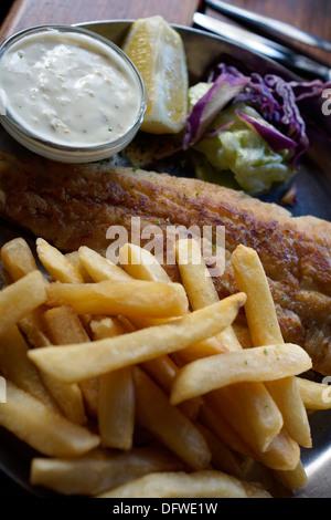 Pesce e patatine presso la taverna a Gordon's Bay Harbor nella Western Cape. Foto Stock