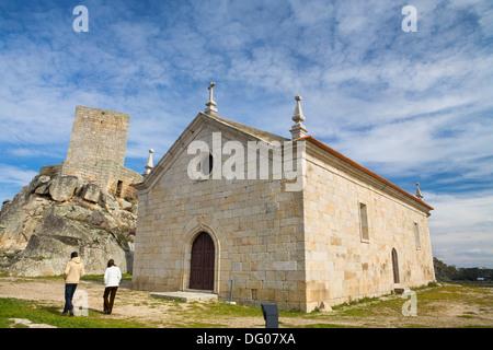 Chiesa di Santiago e il castello di Marialva, piccola città declarated villaggio storico, in Beira Alta quartiere Foto Stock