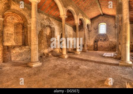 Interno della chiesa abbandonati a Juromenha, Portogallo Foto Stock