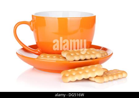 Tazza di bevanda con cracker. Isolato su sfondo bianco Foto Stock