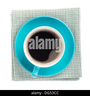 Blue tazza da caffè su carta asciugatutto. Vista da sopra. Isolato su sfondo bianco Foto Stock