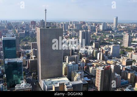 Vista su Johannesburg dalla terrazza del Carlton Center, con un'altezza di 220m il grattacielo più alto in Africa Foto Stock