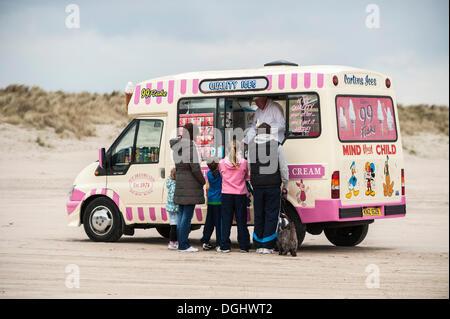 Ice Cream carrello con i clienti sulla spiaggia benone, Castlerock, County Londonderry, Irlanda del Nord, Regno Foto Stock