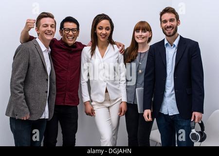 Ritratto del team creativo per celebrare il successo Foto Stock
