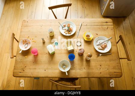 Vista aerea del tavolo per la colazione con mangiato cibi e piatti sporchi Foto Stock