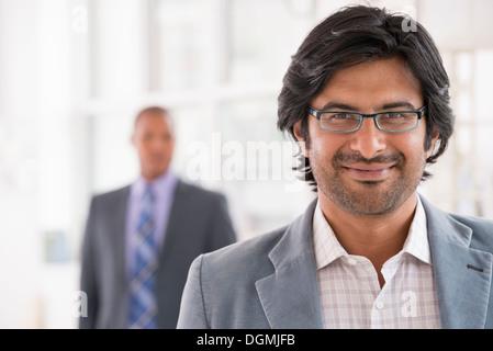 La gente di affari. Un uomo in una giacca leggera con gli occhiali. Foto Stock